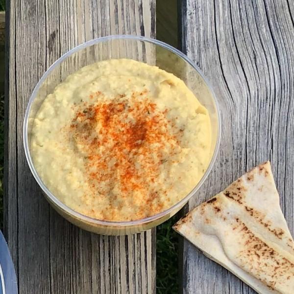 Hummus y pan de pita crujiente